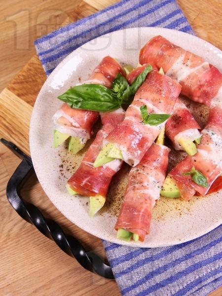 Кето предястие от ролца с прошуто, пълнени с авокадо, сирене рикота и босилек - снимка на рецептата